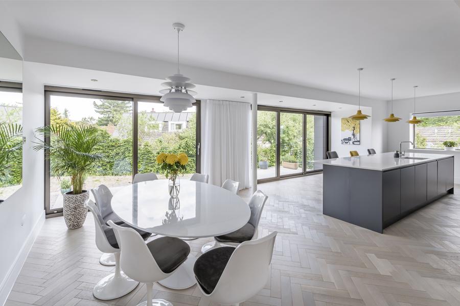 Eero Saarinen Tulip Table, in open plan kitchen diner